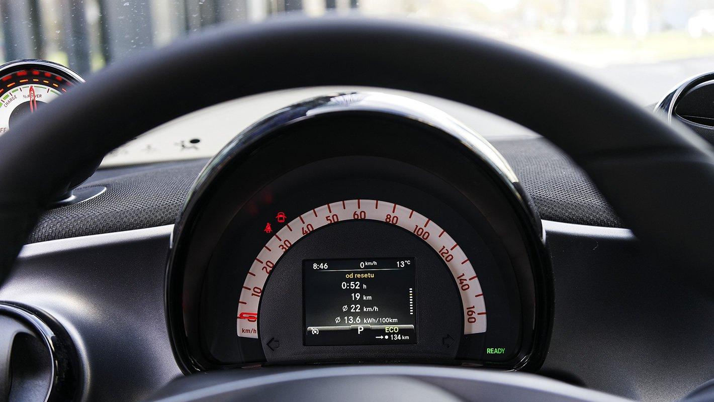 smart forfour EQ - ekran przed kierowcą ze statystykami jazdy