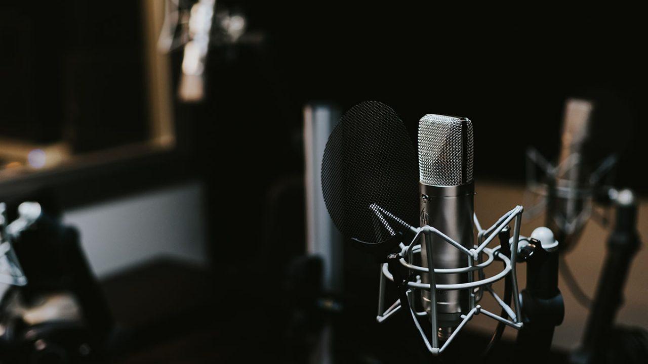 Podcasty InfoWars znikają z Apple i Spotify