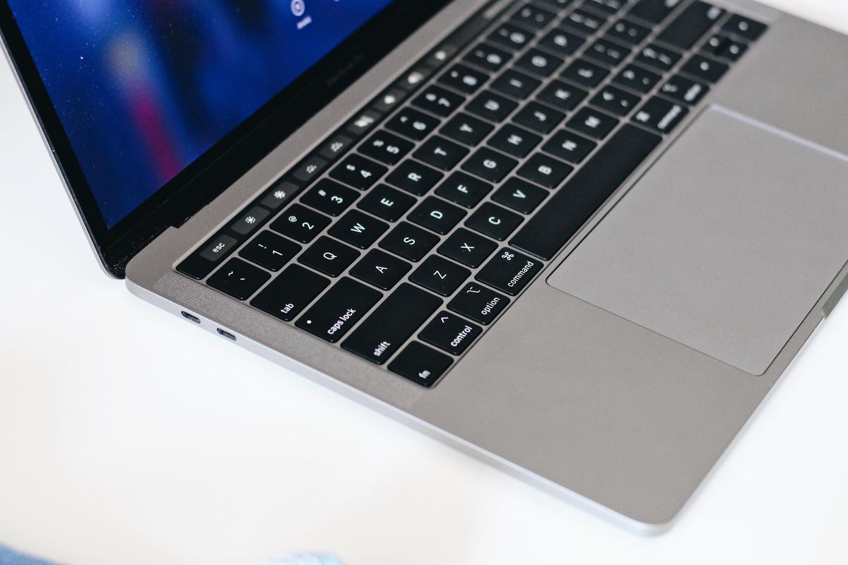 Macbook Pro 2018 touchbar głośniki