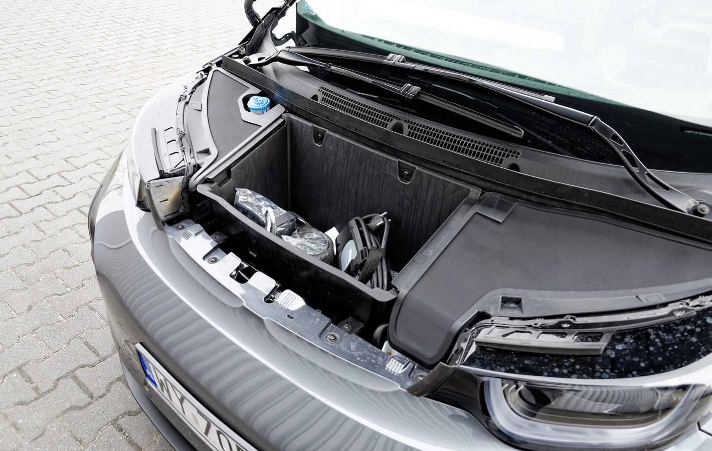 BMW i3 - schowek na przewody z przodu