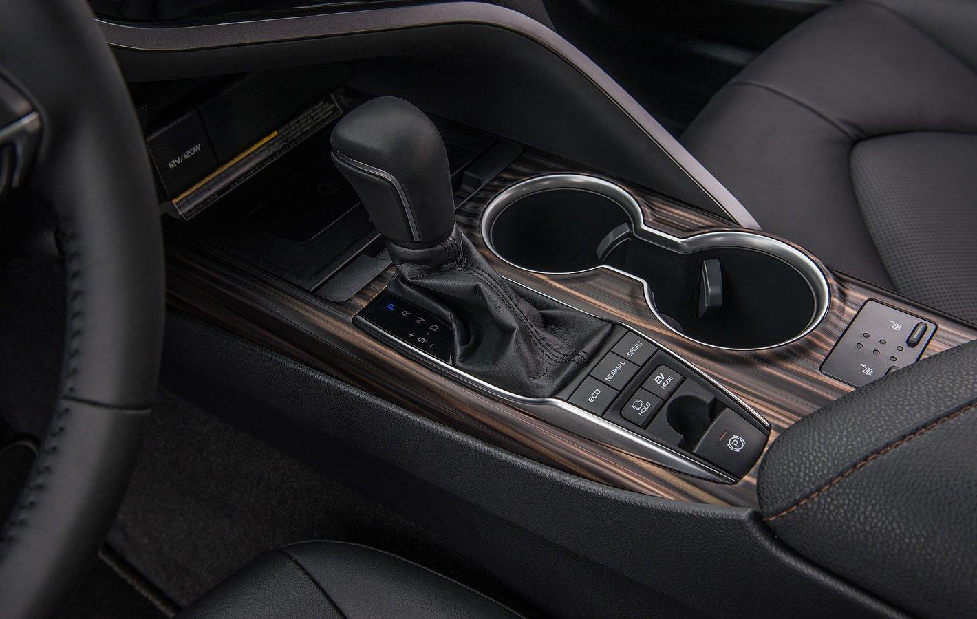 Toyota Camry Hybrid - tunel centralny