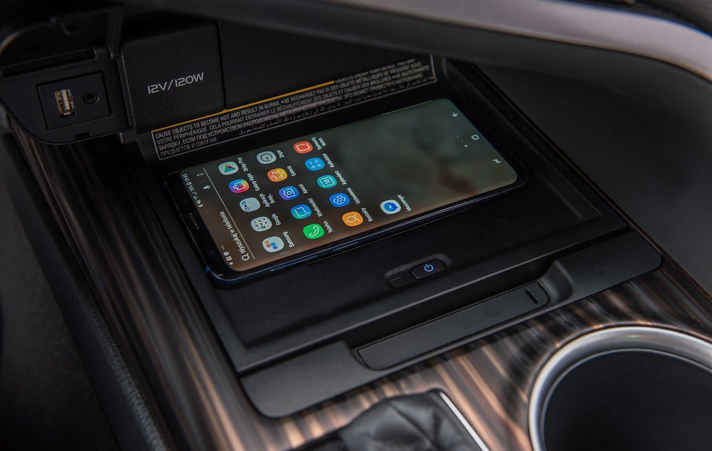 Toyota Camry Hybrid - indukcyjne ładowanie smartfona