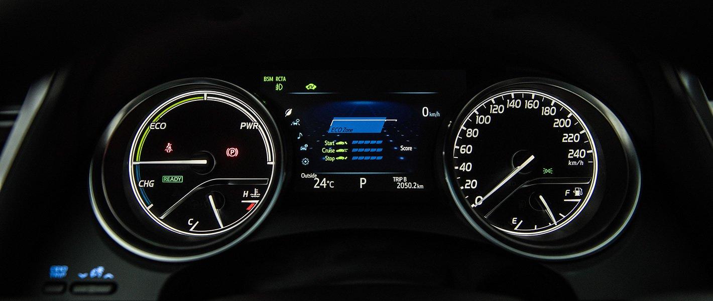 Toyota Camry Hybrid - ekran kierowcy