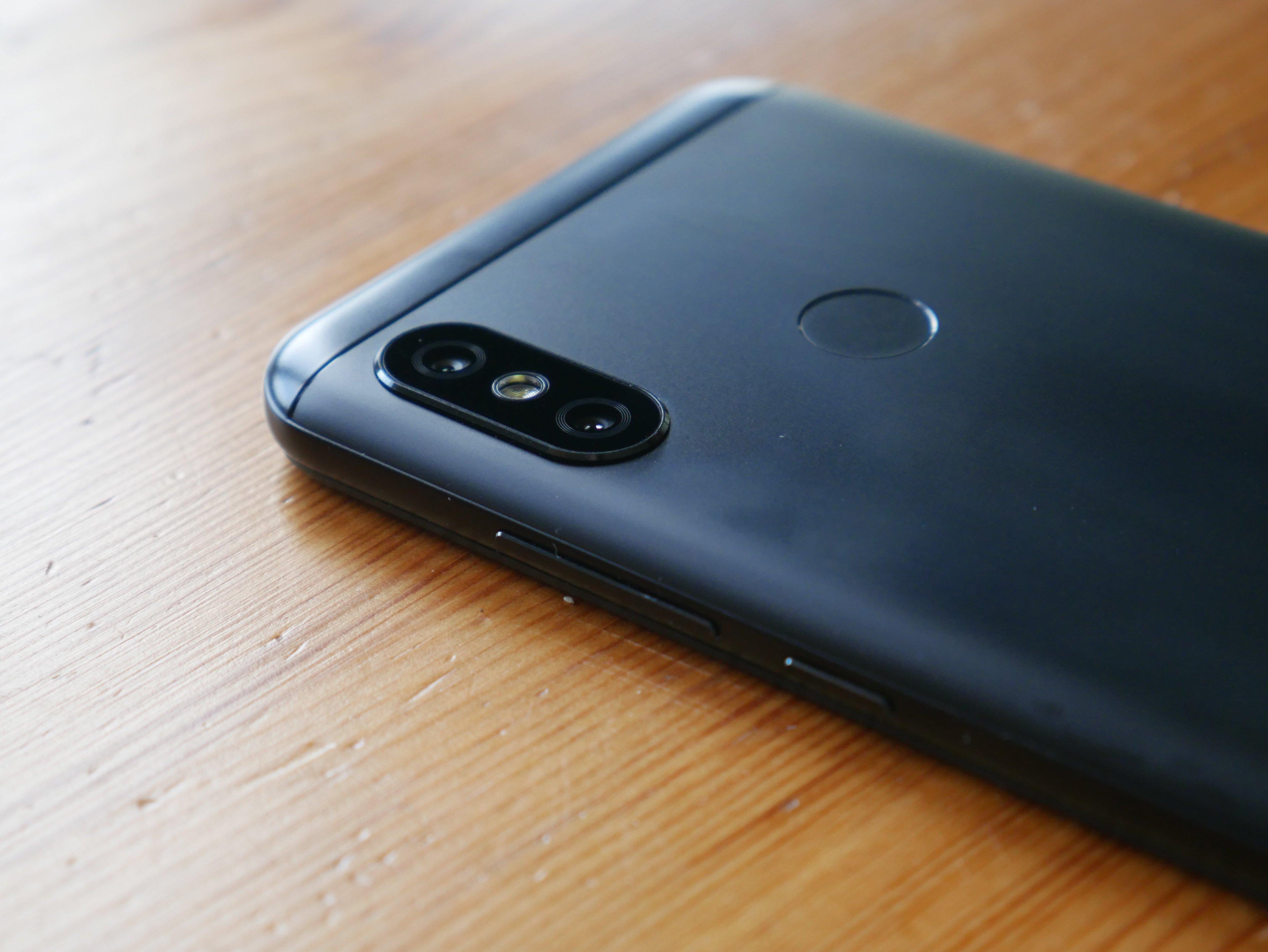 Xiaomi Mi A2 Lite jest już z samej definicji uboższą wersją pierwowzoru ale zdecydowanie nie oznacza to że mamy tu do czynienia z kiepską konstrukcją
