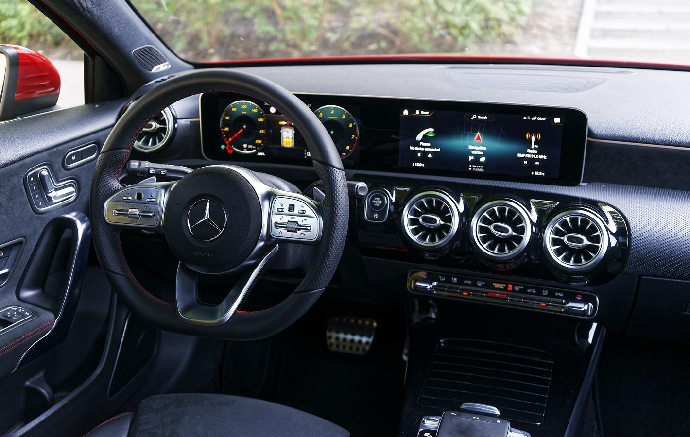 Mercedes-Benz Klasy A 200 - wnętrze z ekranami systemu MBUX