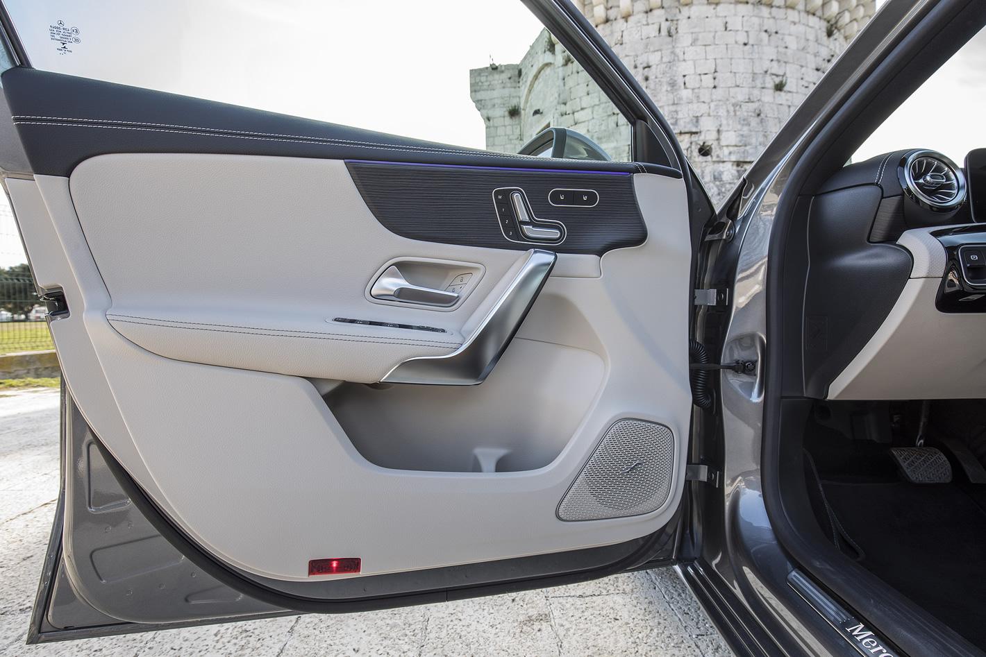 Mercedes-Benz Klasy A 200 - drzwi od środka