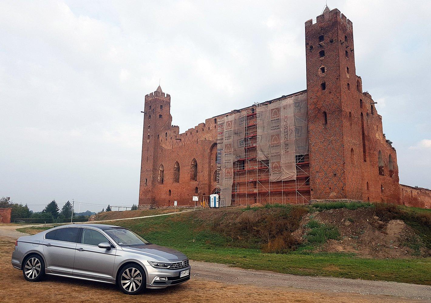 Volkswagen Passat 2.0 TDI - na tle zamku krzyżackiego