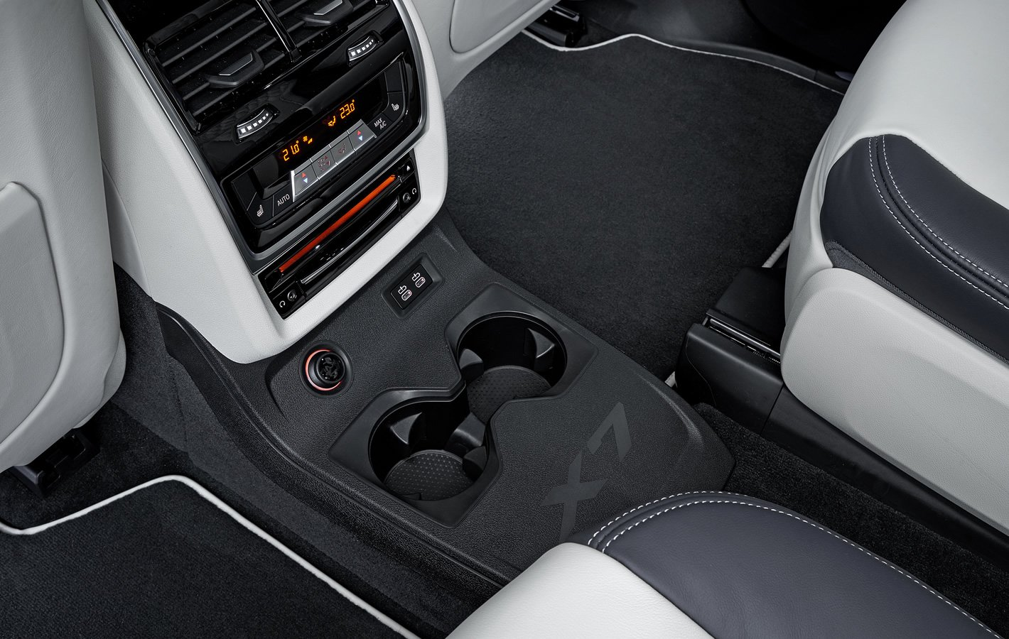 BMW X7 - panel sterowania klimatyzacją dla pasażerów drugiego rzędu