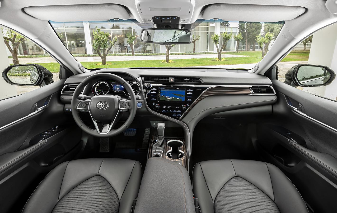 Toyota Camry Hybrid w środku