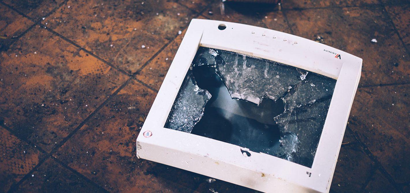 rozbity monitor