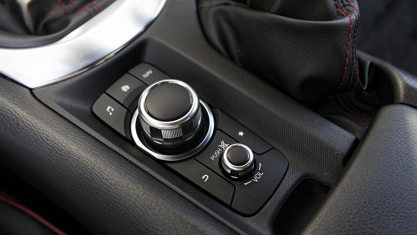 Mazda MX-5 2.0 SKY-G 2018 - sterowanie systemem multimedialnym