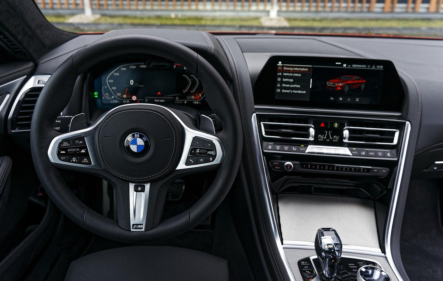 BMW M850i xDrive - kokpit