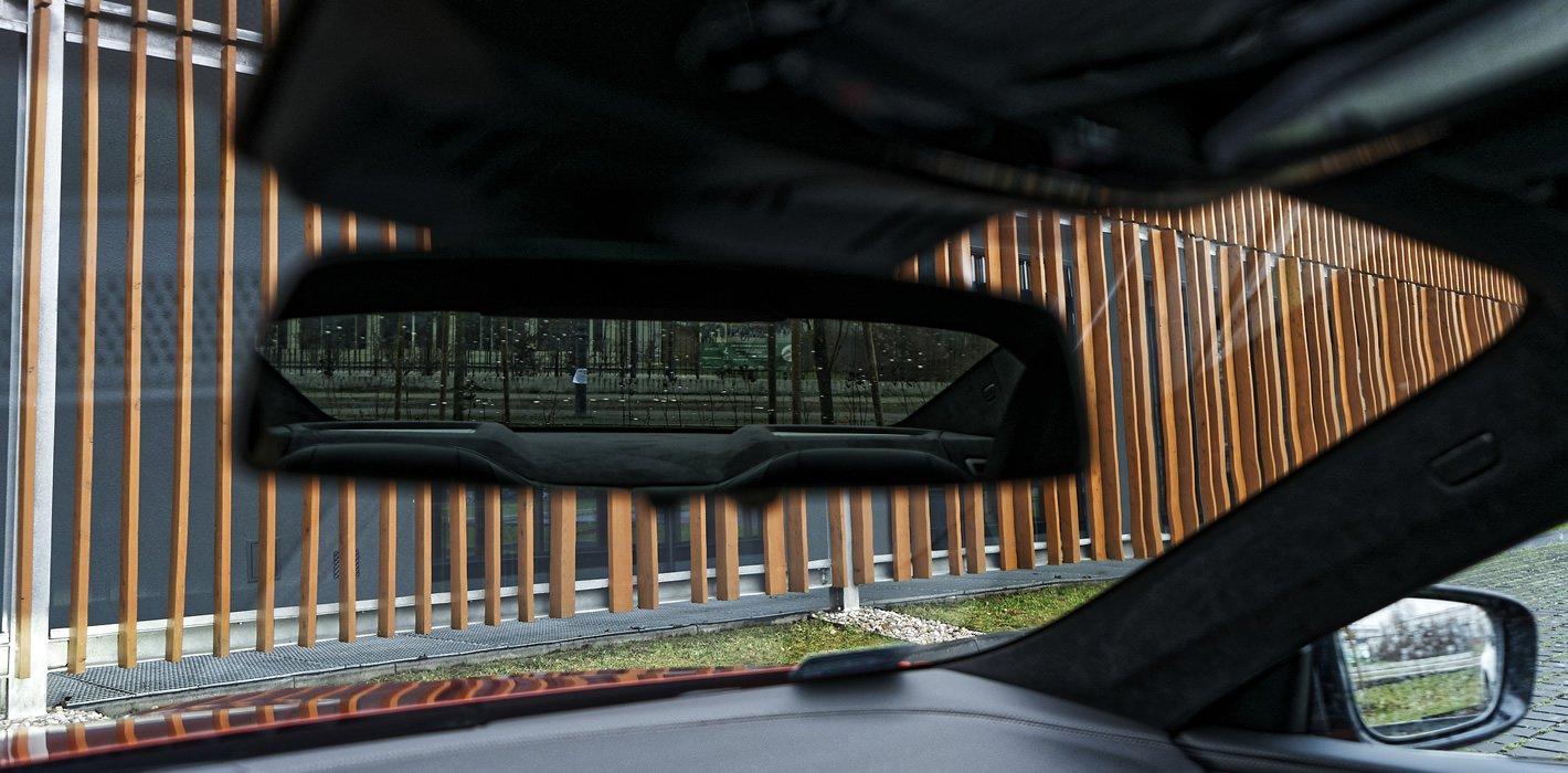 BMW M850i xDrive - widoczność przez tylne lusterko