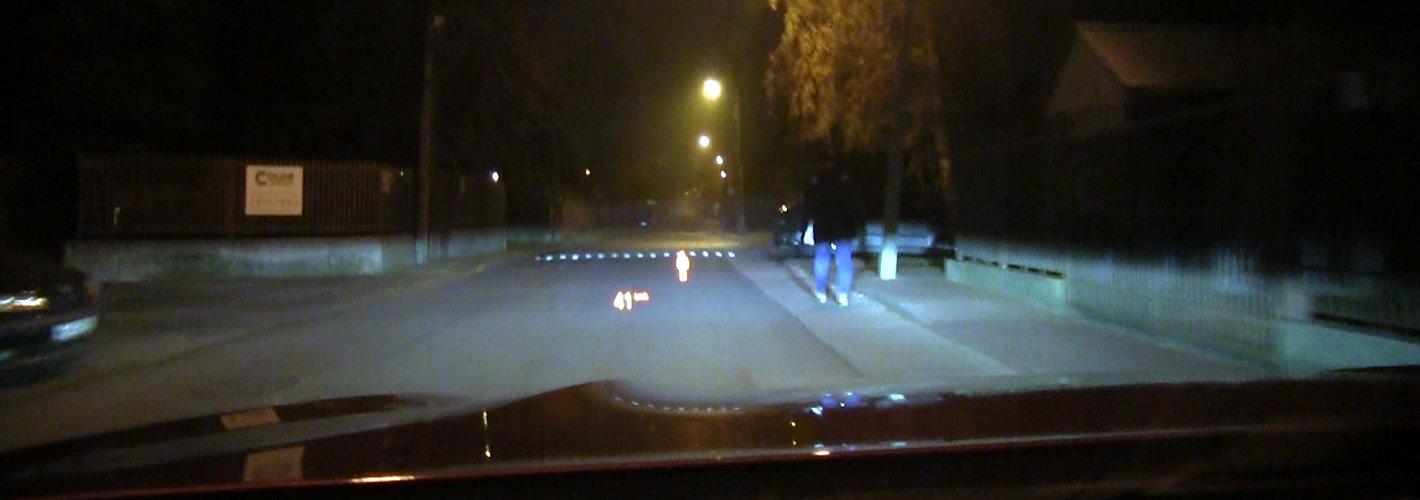 BMW M850i xDrive - system wykrywania pieszych nocą