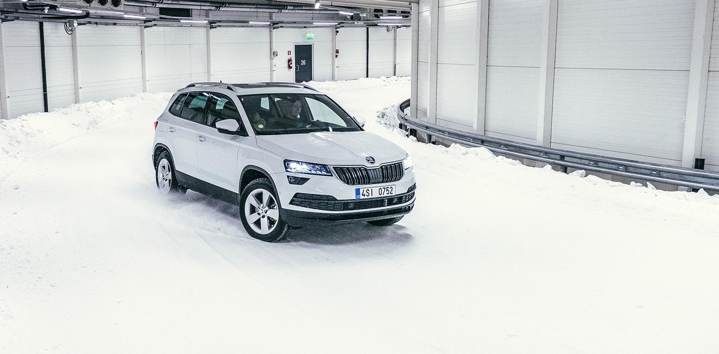 Samochód Skoda 4x4 na śniegu