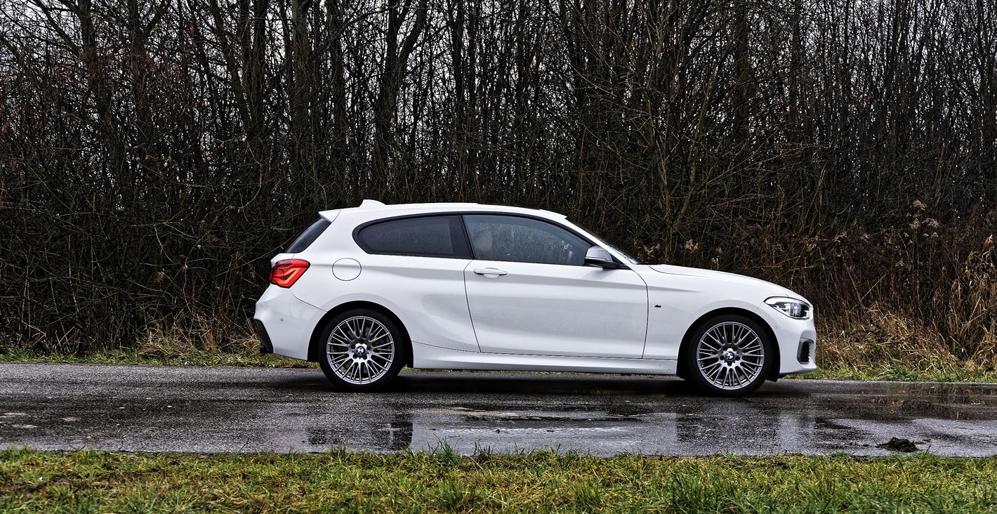 BMW M140i xDrive z boku