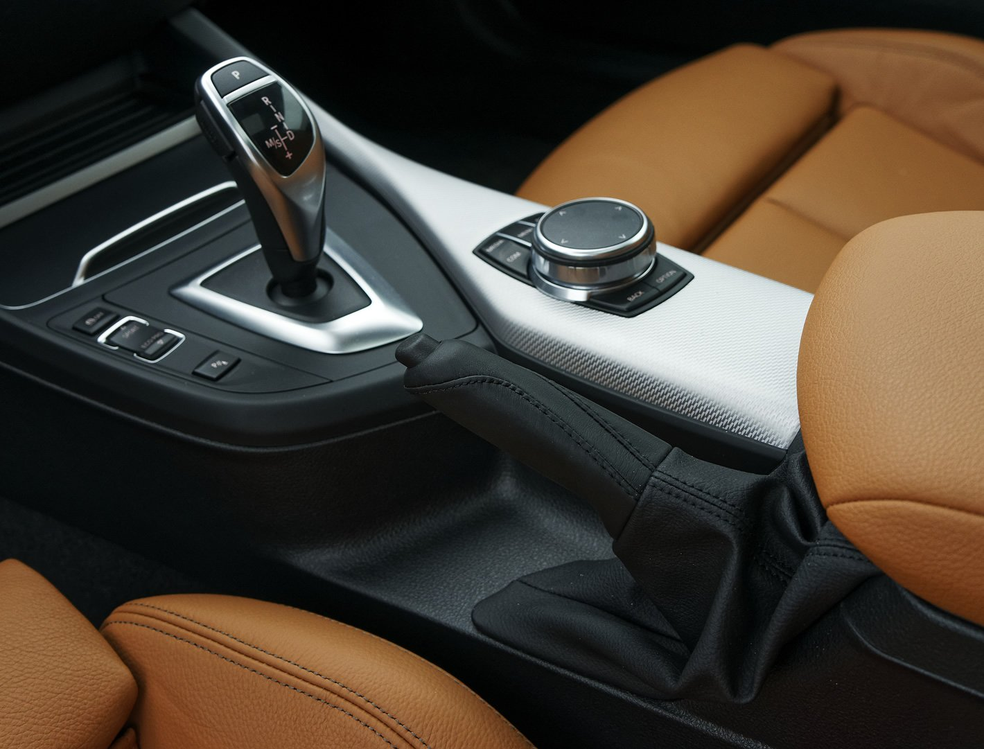 BMW M140i xDrive - tradycyjny hamulec ręczny