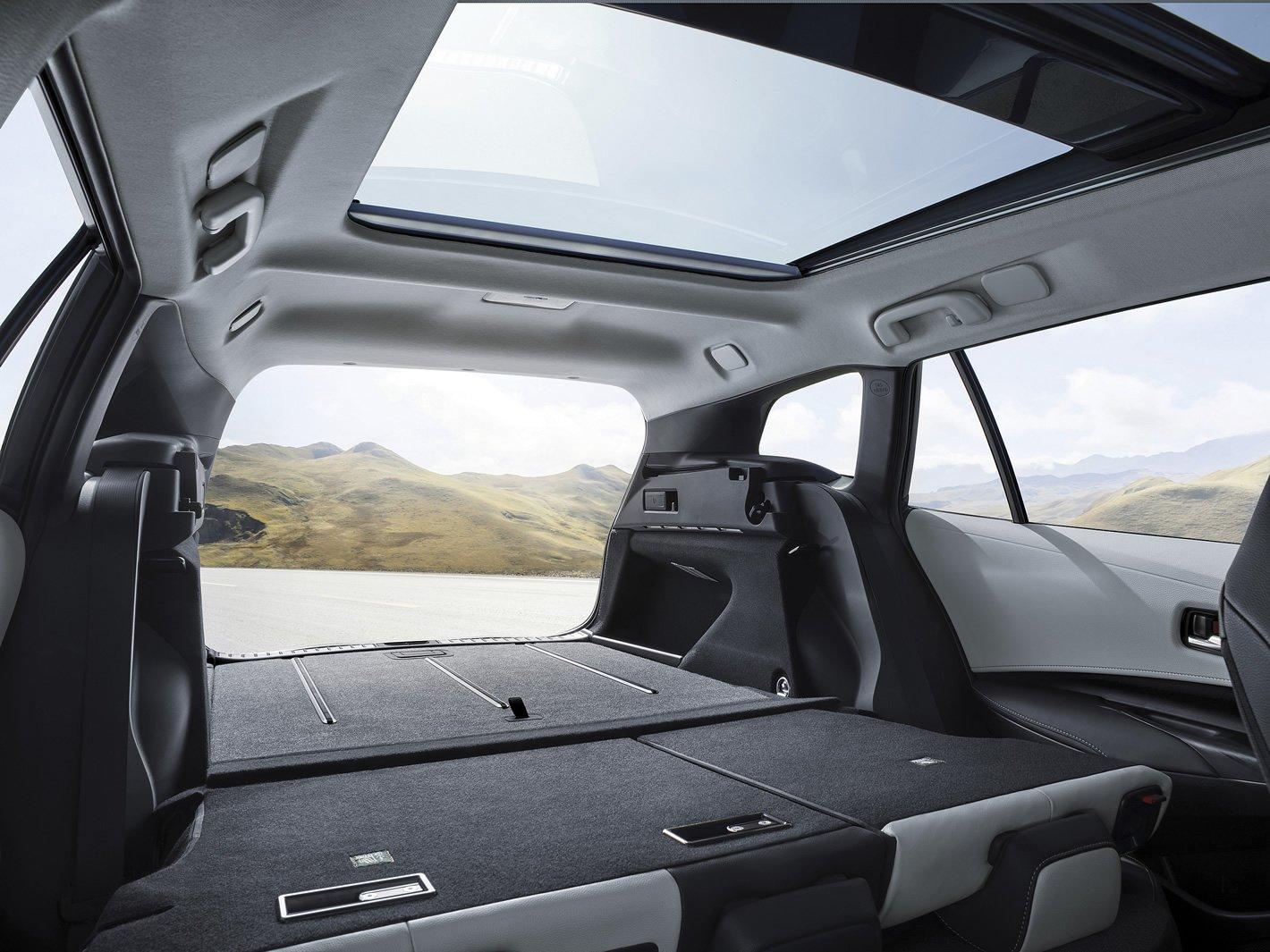 Toyota Corolla Touring Sports - bagażnik ze złożonymi siedzeniami