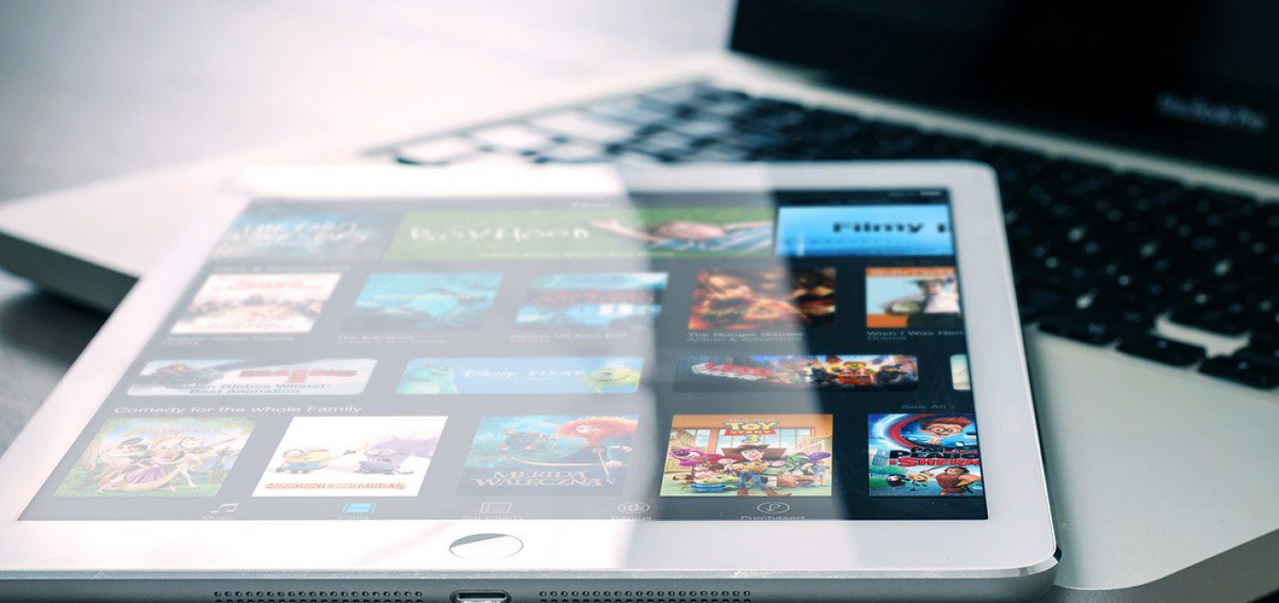 Apple > Preferencje systemowe i kliknij opcję Monitory.