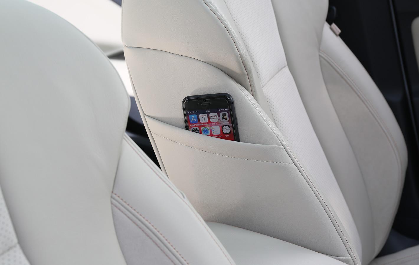 Skoda Scala - fotel kierowcy i schowek na telefon