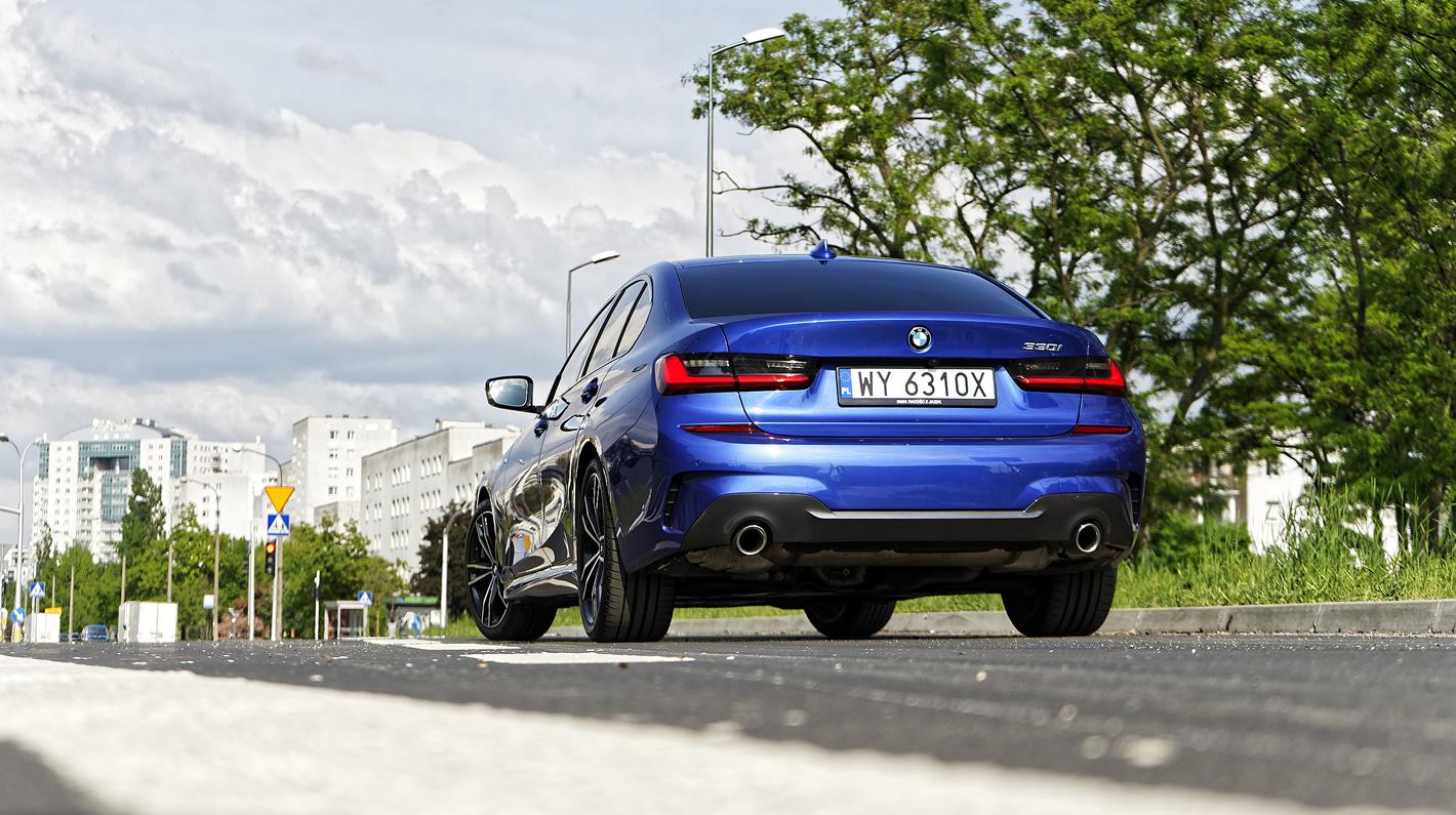 BMW 330i RWD z tyłu