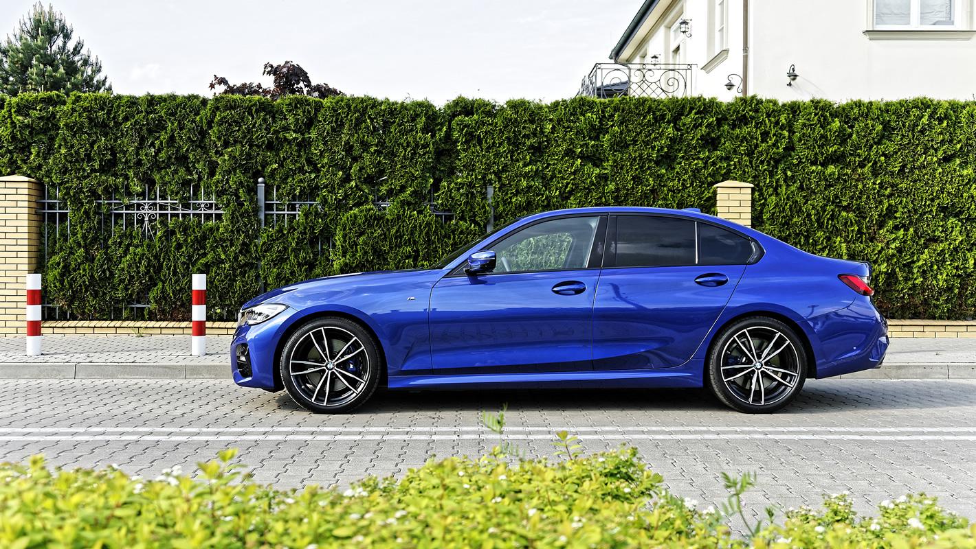 BMW 330i RWD z boku