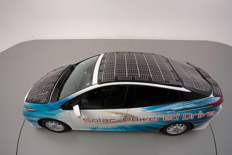 Toyota Prius z panelami słonecznymi widok z góry