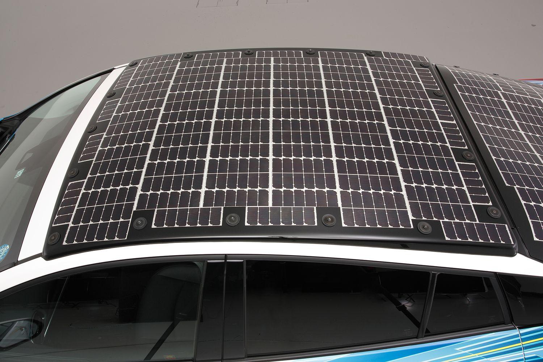 Toyota Prius z panelami słonecznymi widok dachu