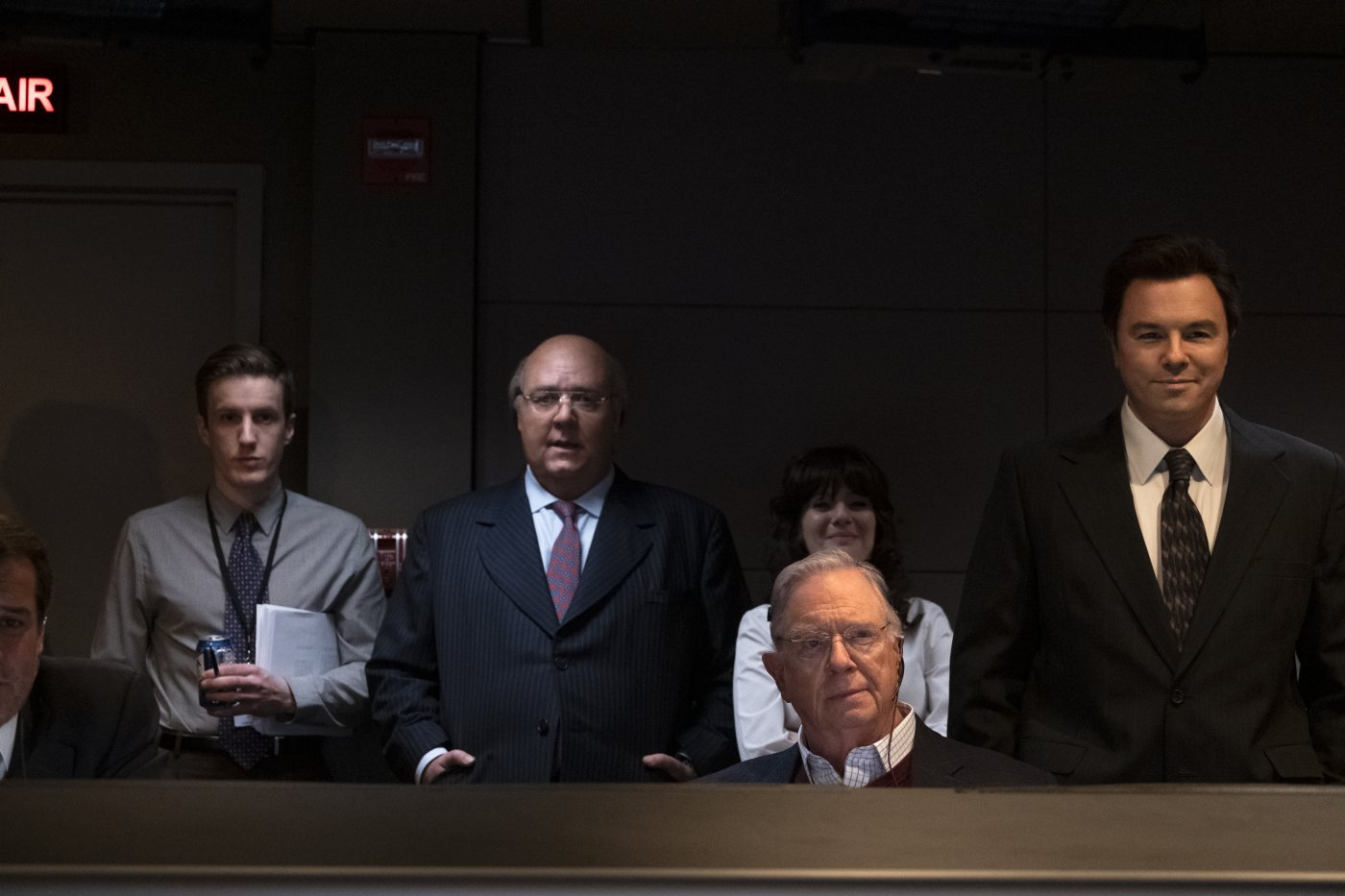 "(L-R): Russell Crowe as Roger Ailes, Aleksa Palladino as Judy Laterza, Guy Boyd as Chet Collier and Seth MacFarlane as Brian Lewis in THE LOUDEST VOICE, ""1996"". Photo Credit: JoJo Whilden/SHOWTIME."