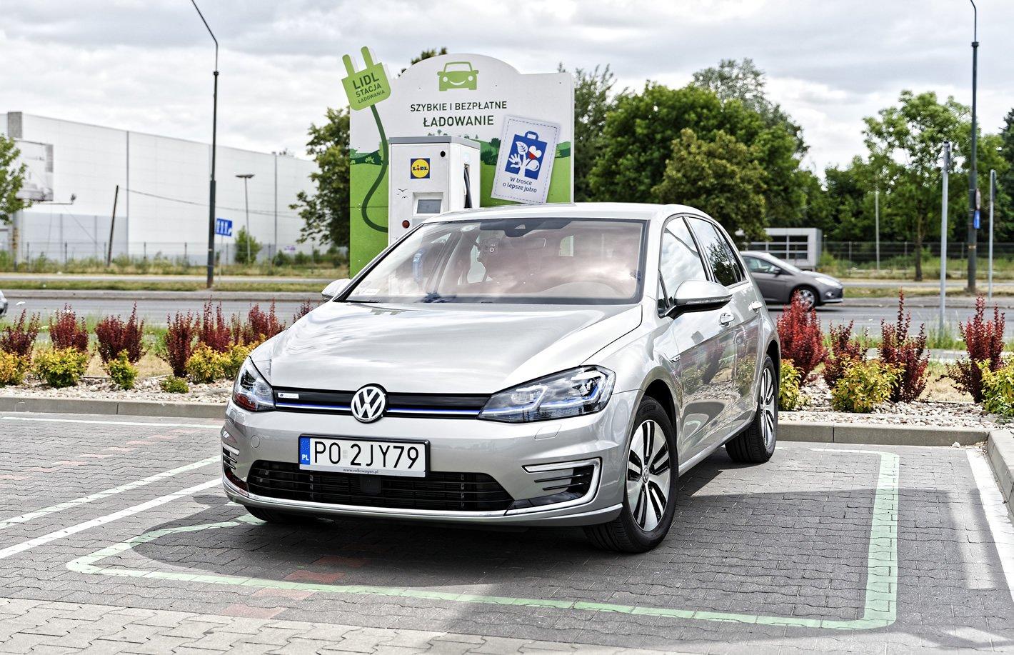 Volkswagen e-Golf na stacji ładowania Lidl