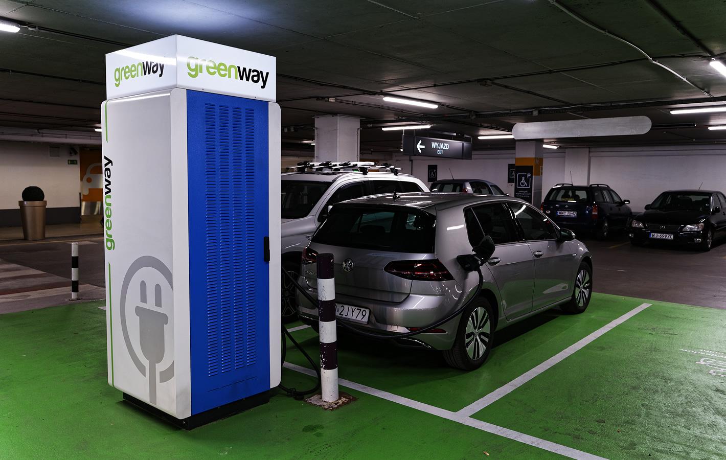 Volkswagen e-Golf w centrum handlowym