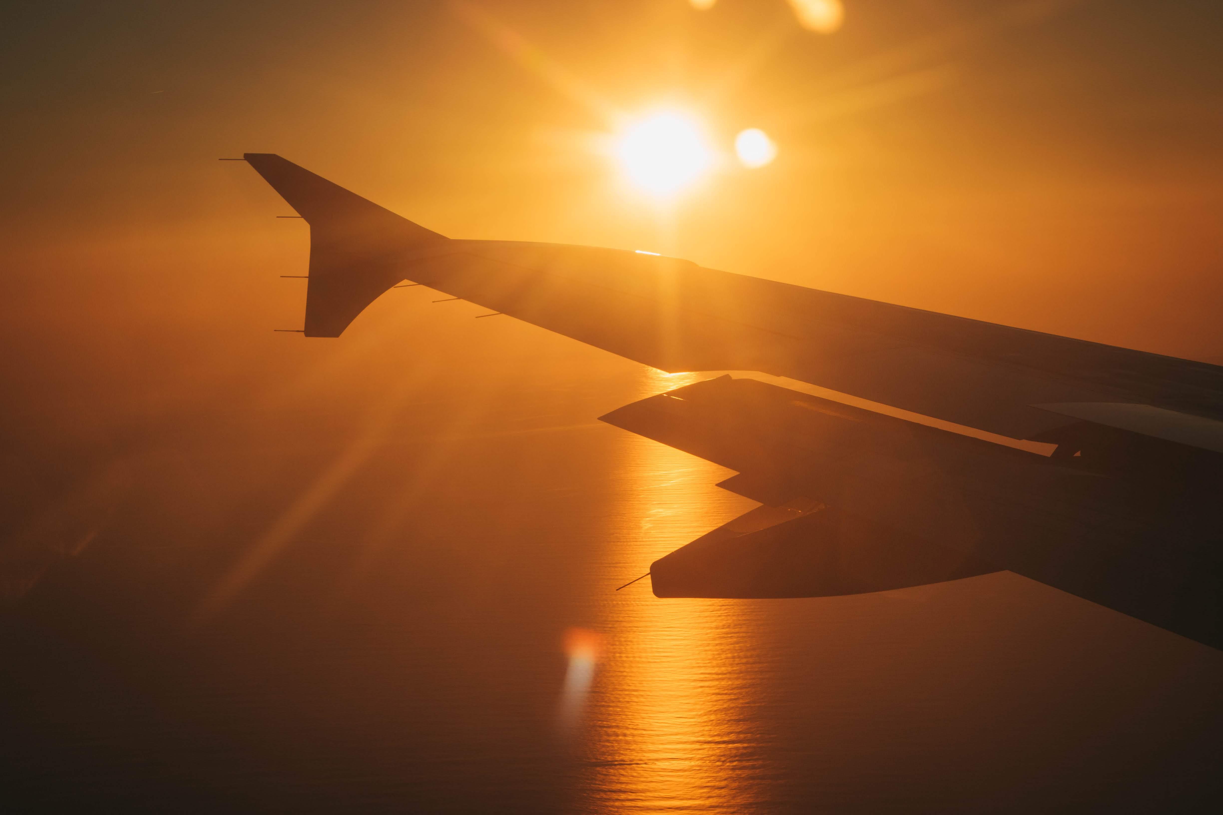skrzydło samolotu słońce