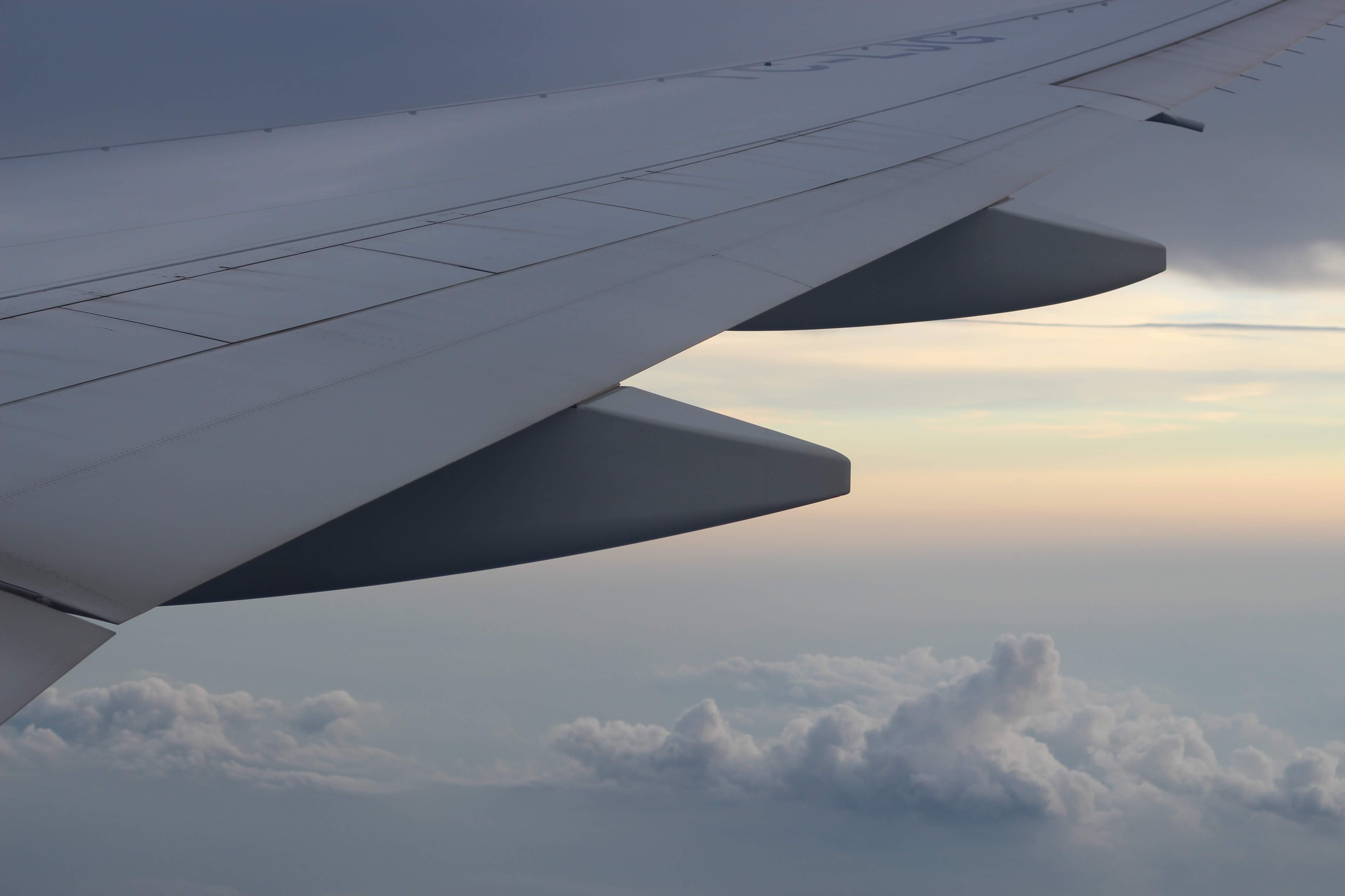 skrzydło samolotu chmury