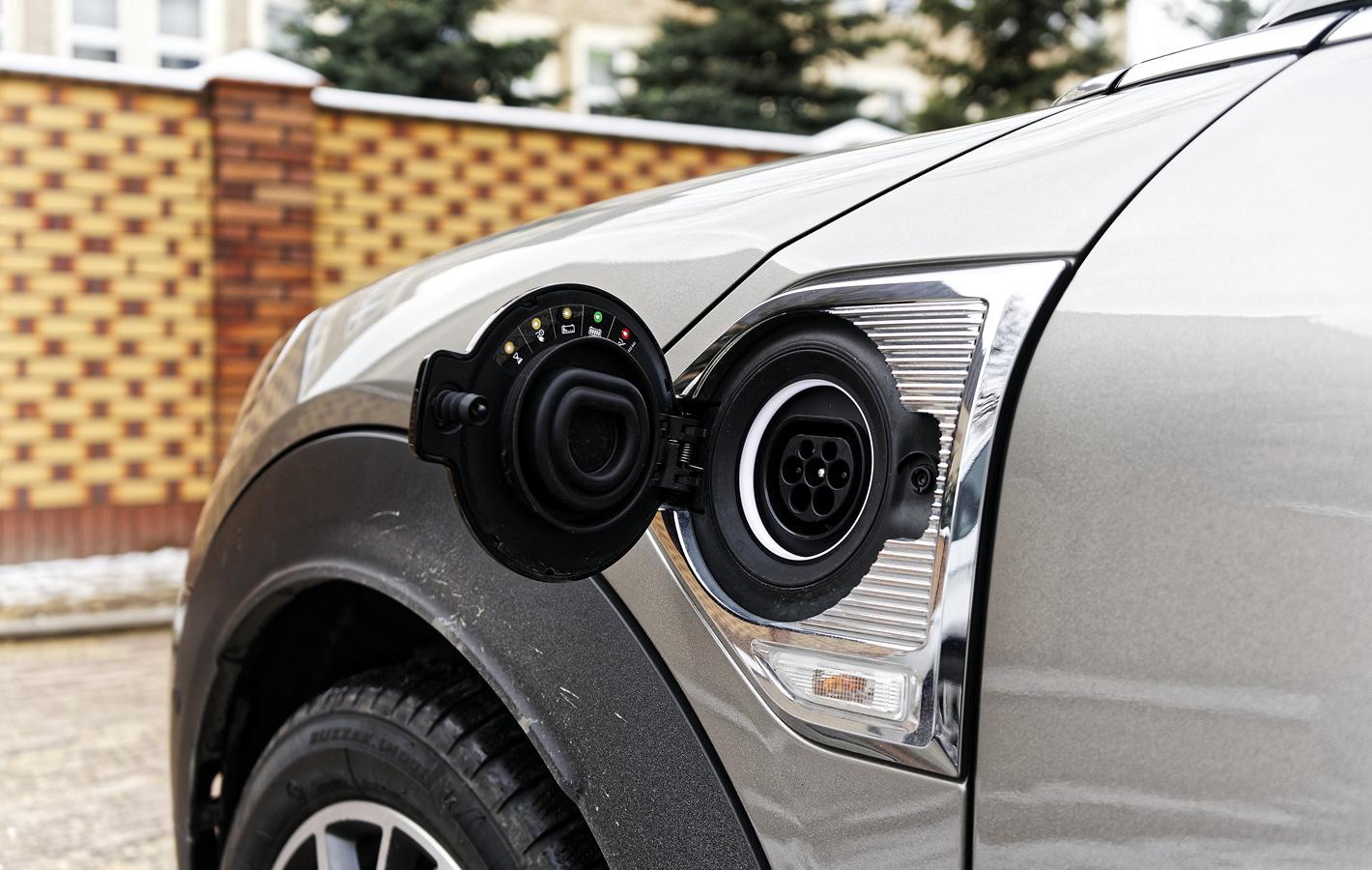 MINI Cooper S E Countryman ALL4 Hybryda Plug-In - złącze ładowania