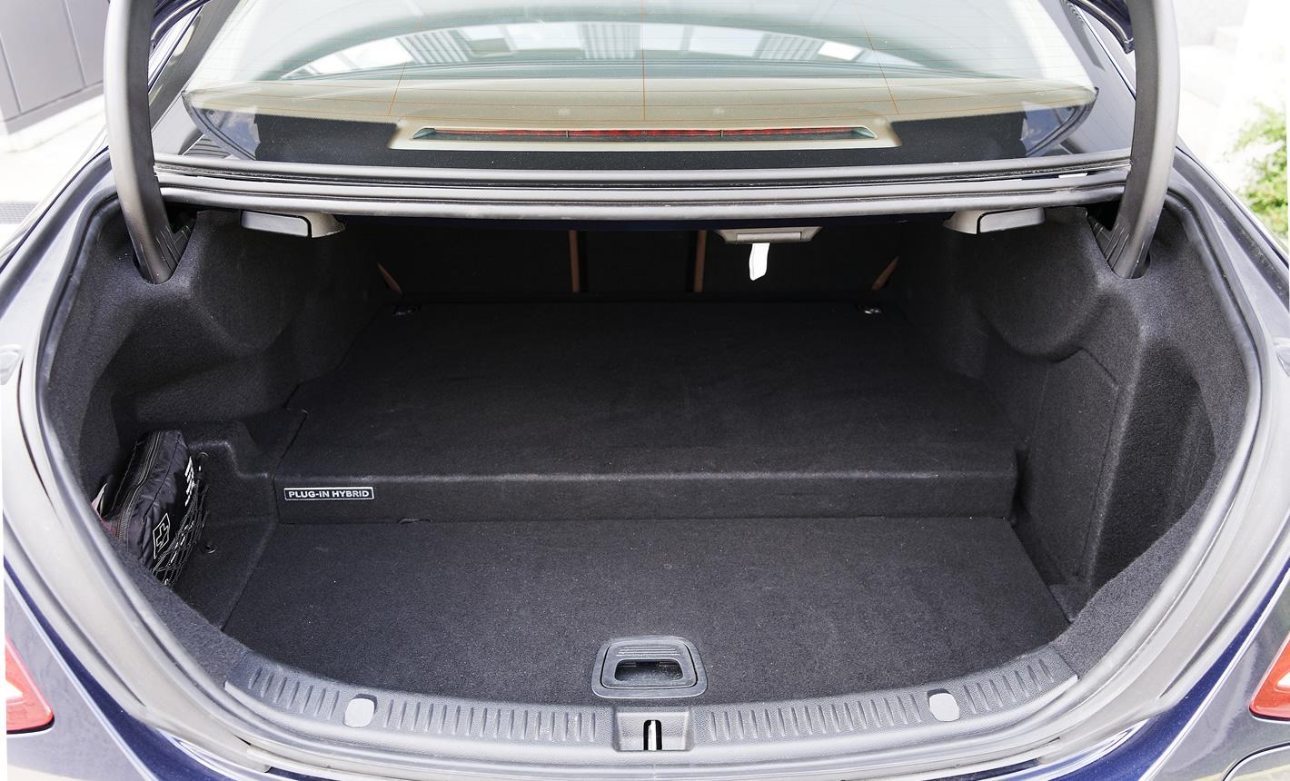 Mercedes-Benz E 350e Hybryda Plug-In - bagażnik