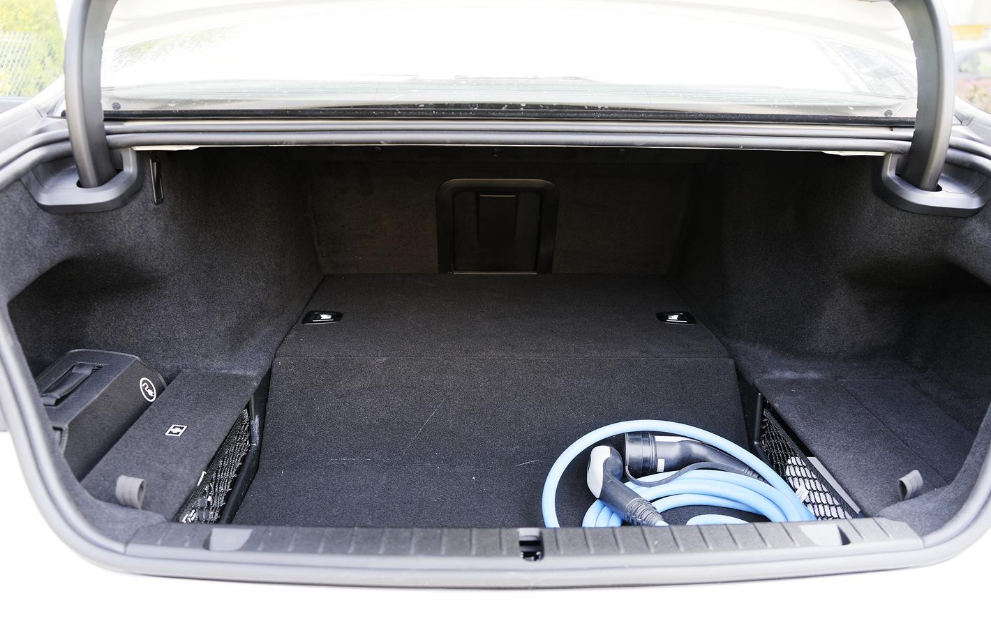 BMW 740e iPerformance Hybryda Plug-In - bagażnik