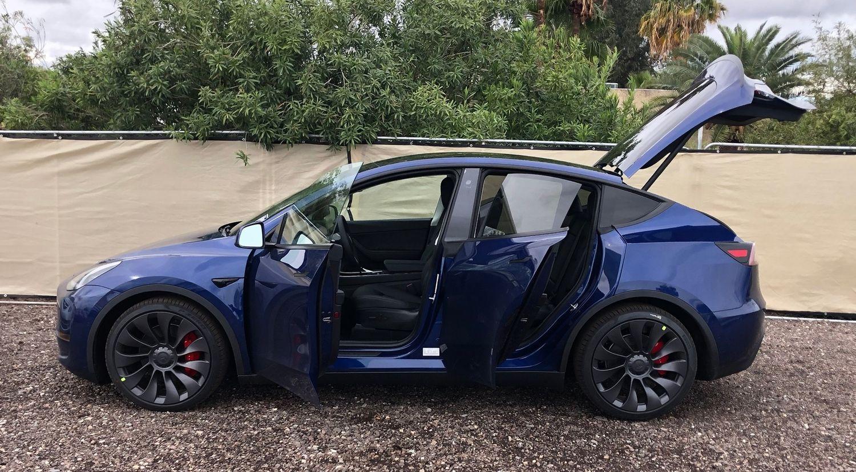 Tesla Model Y widok z boku