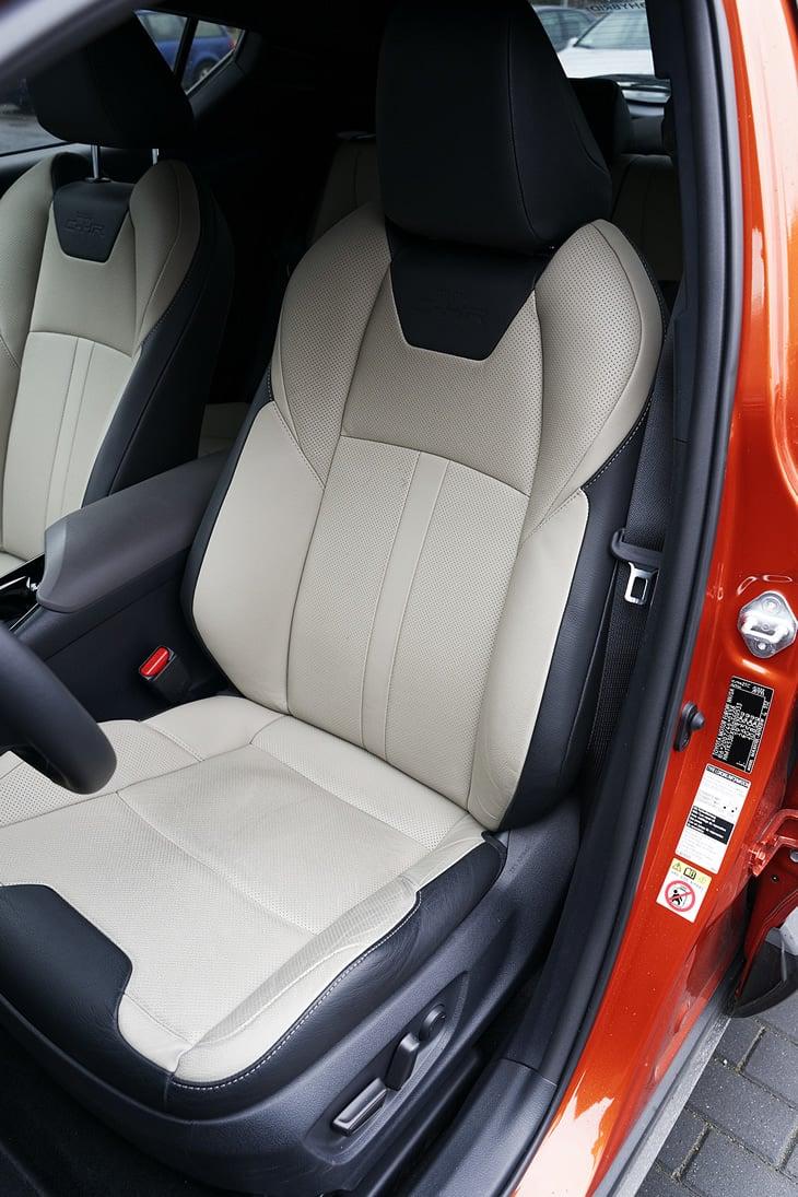 Toyota C-HR 2.0 Hybrid - fotel kierowcy