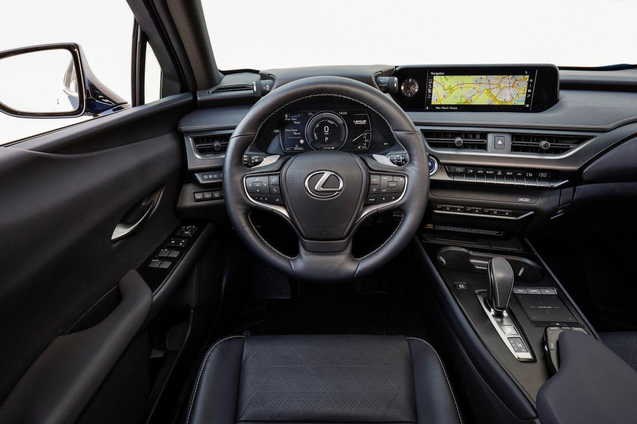 Lexus UX 300e wnętrze