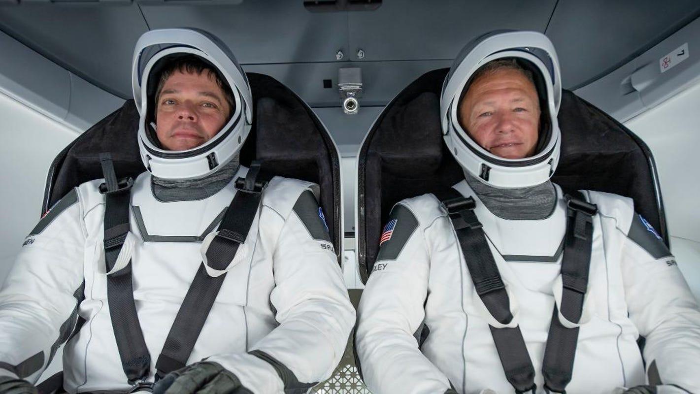 Bob Behnken i Doug Hurley w stronach SpaceX