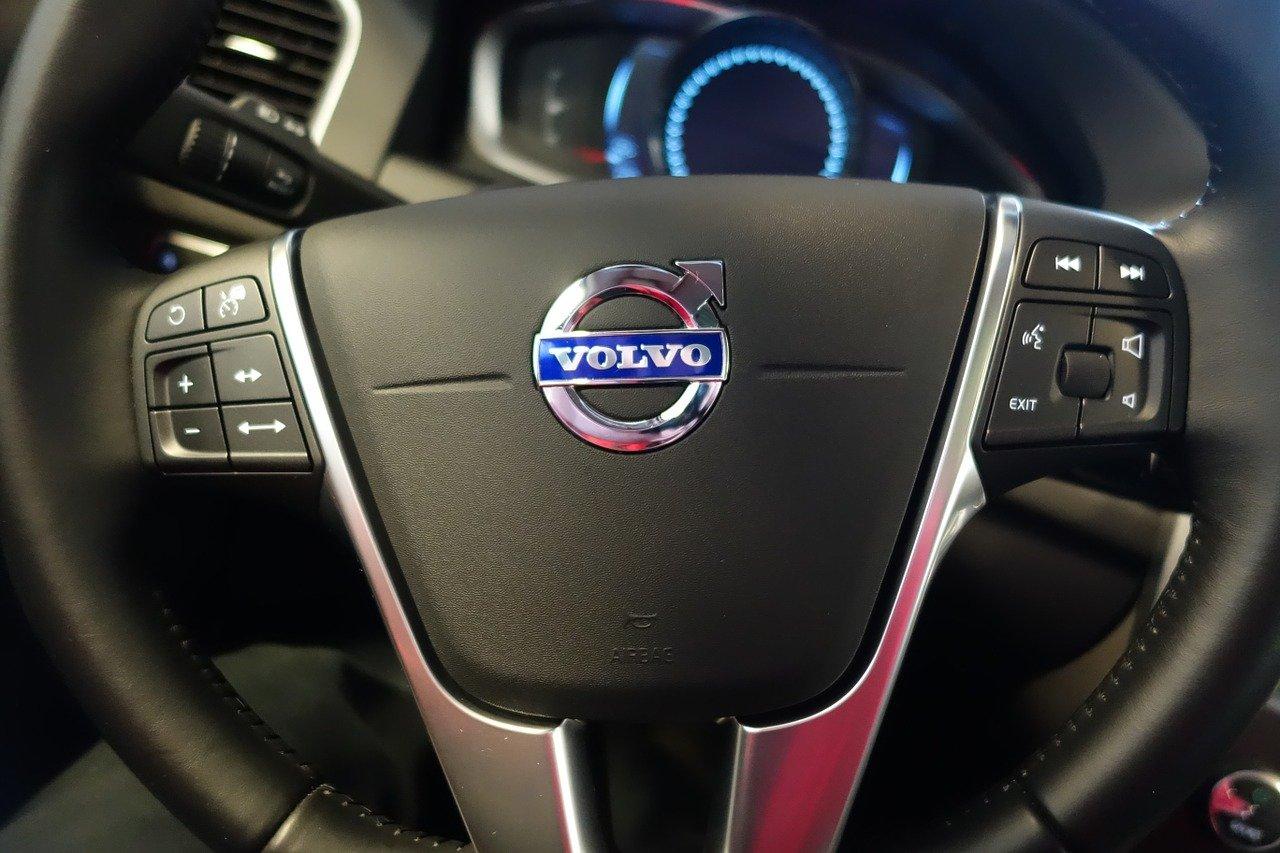Kierownica Volvo, deska rozdzielcza z ekranem LCD