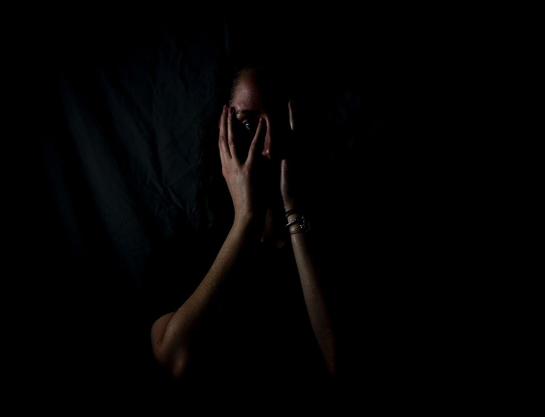 kobieta z zakrytą twarzą