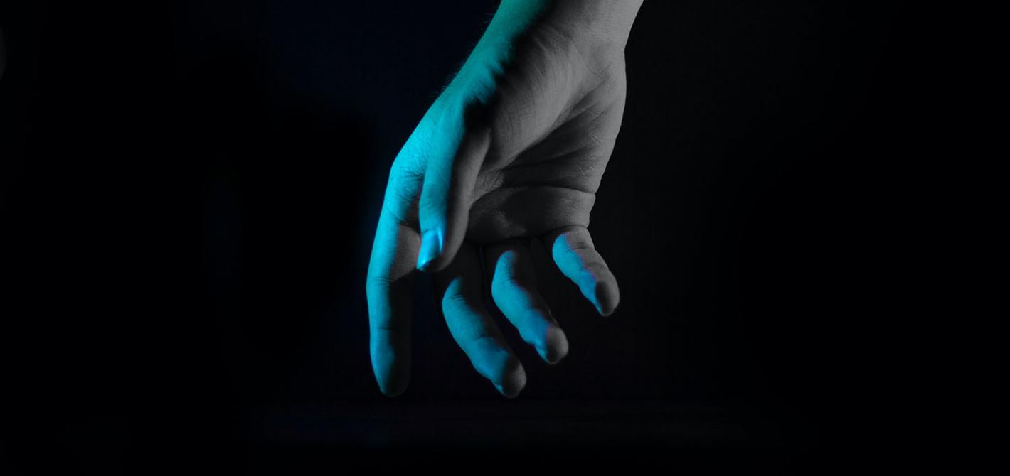niebieskie swiatlo dlon