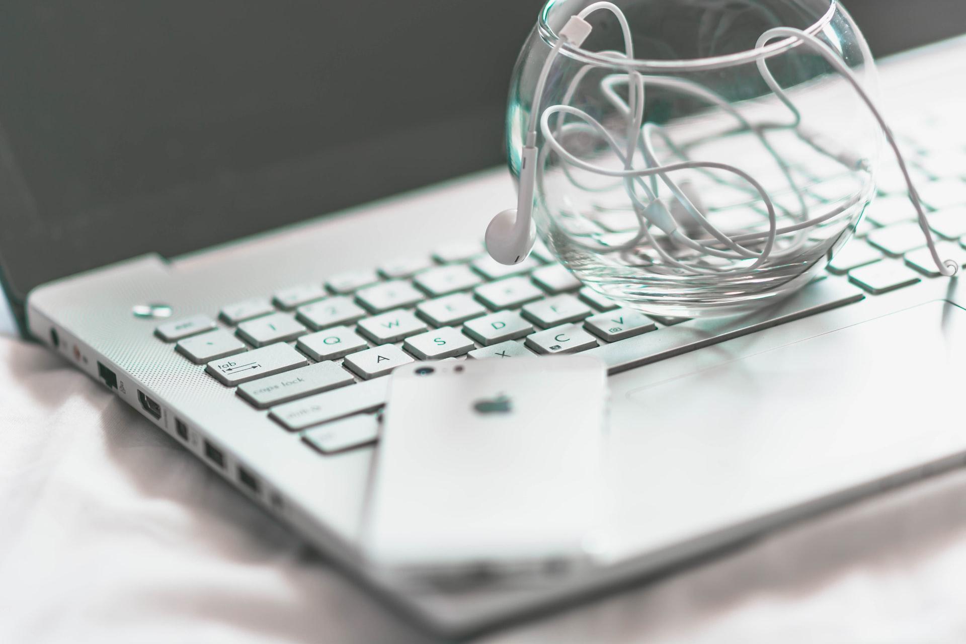 Laptop ASUS z telefonem iPhone na klawiaturze
