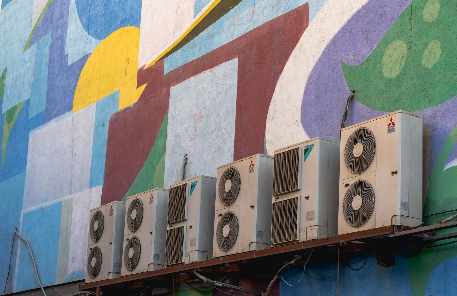klimatyzator - jednostki zewnętrzne na budynku