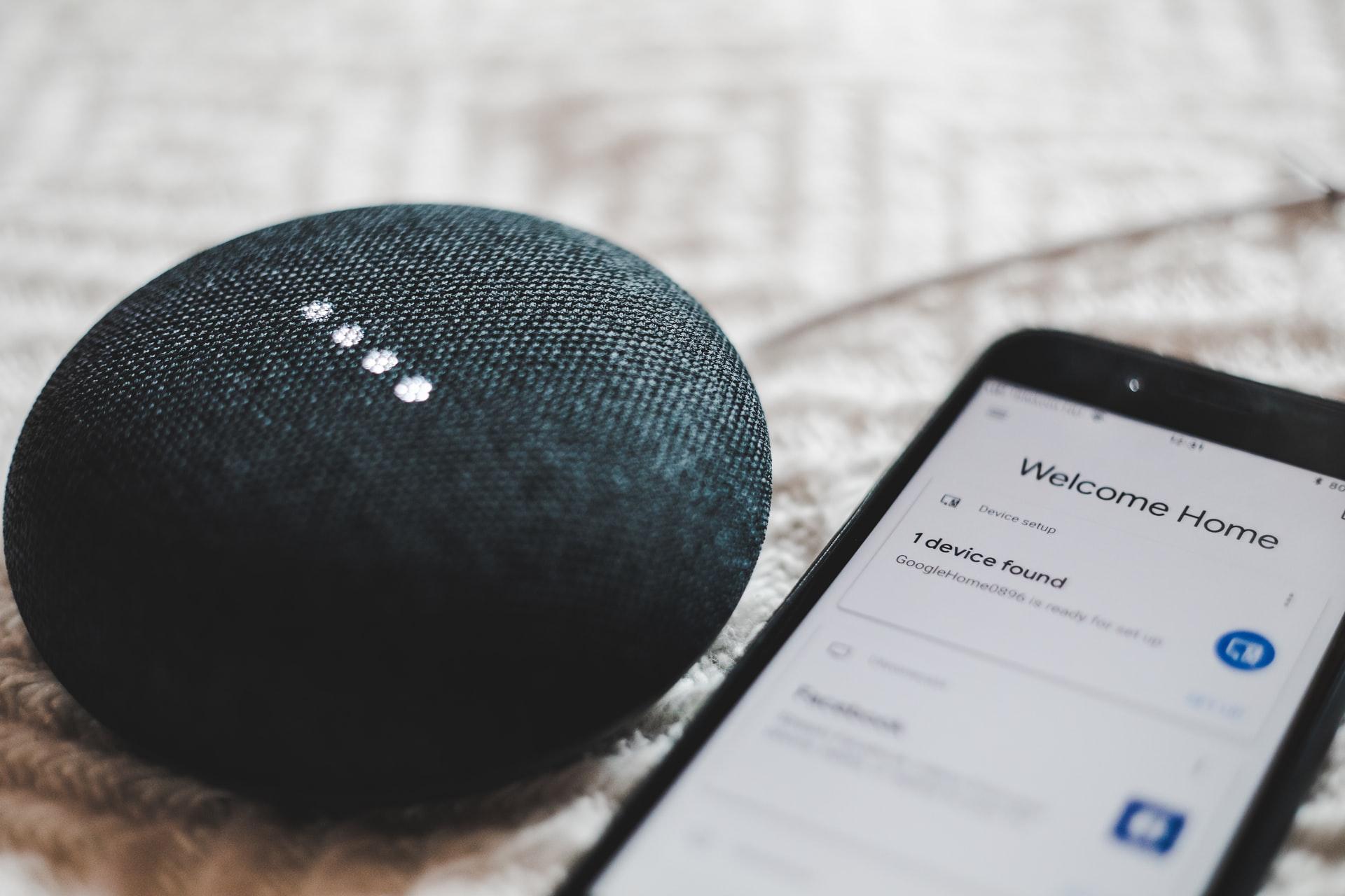 smart home głośnik google home obok telefonu