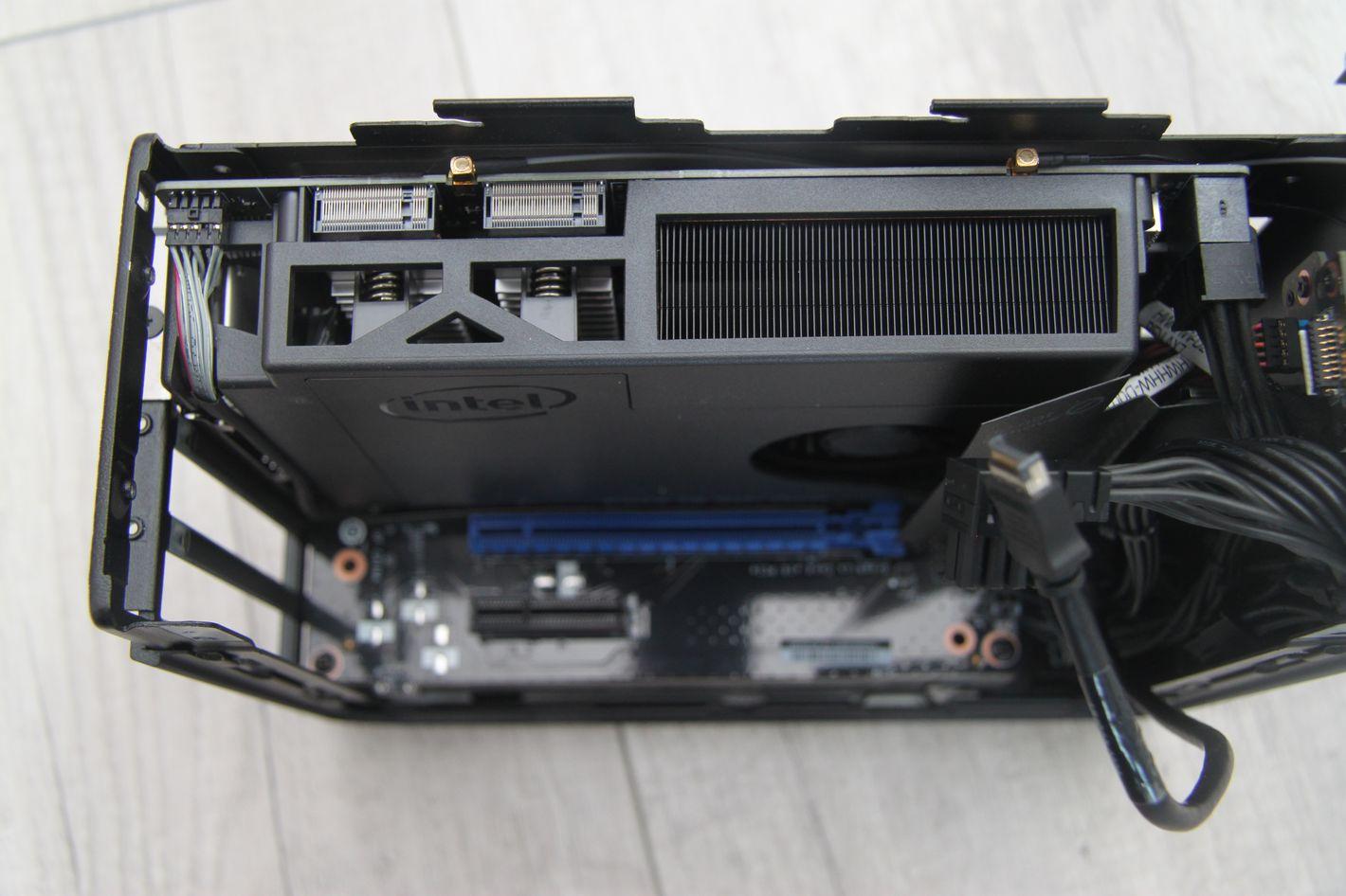 Intel NUC 9 Extreme widok z góry na płytę główną