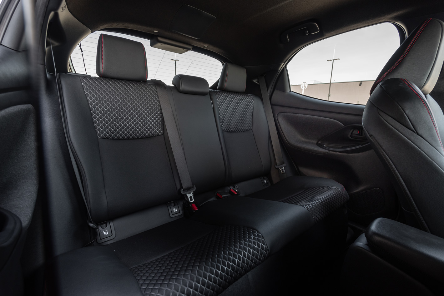 Toyota Yaris Hybrid - tylna kanapa