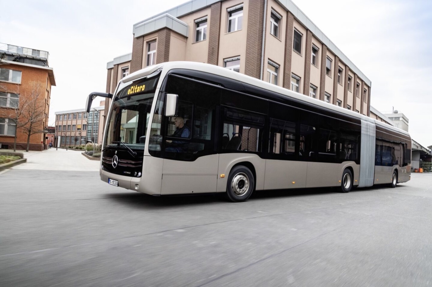 Mercedes-Benz eCitaro G mit vollelektrischem Antrieb, Exterieur, rauchsilber metallic, 2 x elektrischer Radnabenmotor, 2 x 125 kW, 2 x 485 Nm, 7 Festkörperbatterien, 63 kWh pro Festkörperbatterie, Preventive Brake Assist, Sideguard Assist, LED-Scheinwerfer, Länge/Breite/Höhe: 18.125 /2.550/3.400mm, Beförderungskapazität: 1/157 Mercedes-Benz eCitaro G with all-electric drive, exterior, smoke silver metallic, 2 x electric hub motor, 2 x 125 kW, 2 x 485 Nm, 7 solid-state batteries, 63 kWh per solid-state battery, Preventive Brake Assist, Sideguard Assist, LED headlamps, length/width/height: 18.125 /2550/3400mm, passenger capacity: 1/157.