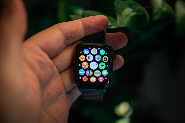 apple watch se w dłoni - lista aplikacji
